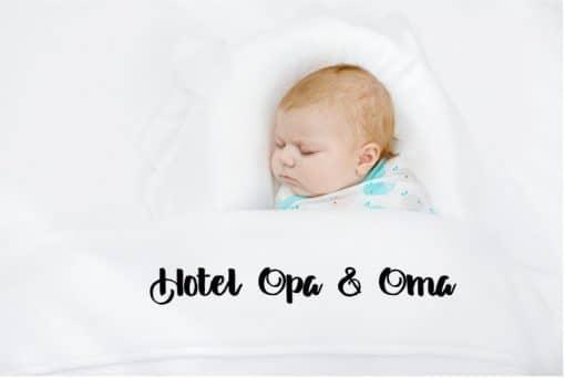 Ledikant laken - Hotel opa & oma|Hotel Oma|Hotel Opa - Maakt het bedje bij opa en oma helemaal af ! Cadeau opa en oma