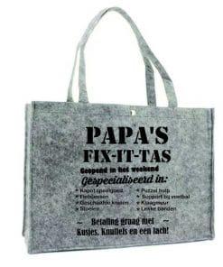 Shopper - papa/opa fix it tas Geweldig leuke vilten tas / shopper met een super leuke tekst, speciaal voor alle liefste papa en opa's! De afmetingen van de tassen is 45 + 15 x 33 cm