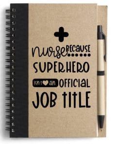 Notitie- Nurse - Super Hero - Verpleging Zoek je een leuk cadeautje voor de verpleging? Deze notitieboek super handig om te geven! Iets waar ze zeker wat aan hebben! Notitieboekje van gerecycled papier. Volledig van milieu vriendelijk en ecologisch afbreekbaar materiaal. Met balpen en 60 vel gelinieerd papier. Artikel afmetingen:  17.8 x 13.5 x 1 cm