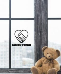 Samen sterk - Raamsticker - Sticker Ook trots op hoe Nederland de corona virus met zijn alle aanpakt en wil jij iedereen die keihard aan het werk zijn steunen? Koop dan deze sticker en plak hem op je raam! 20x23 cm