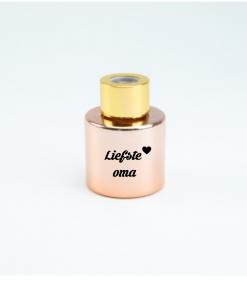 Geurflesjes - Gepersonaliseerd met naam - diffuser - Parfumflesje - Lucht verfrisser Haal een heerlijke geur inhuis met ditmooie parfumflesje. Zet het flesje in uw woonkamer, slaapkamer,badkamer of het kleinste kamertje in huisen geniet van de heerlijke rozen parfum. Is het flesje leeg, vult u deze gemakkelijk weer bij. Leuk om te geven aan oma, mama , juf, tante of iemand anders