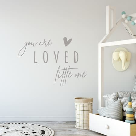 Muursticker You are loved little one - kinderkamer decoratie muusticker gepersonaliseerd met naam - Muursticker met naam